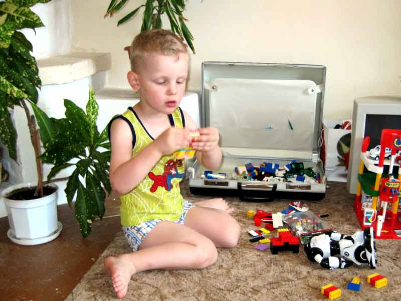 ребенок и конструктор
