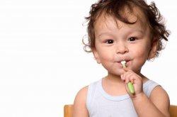 Когда надо начинать приучать ребенка чистить зубы?