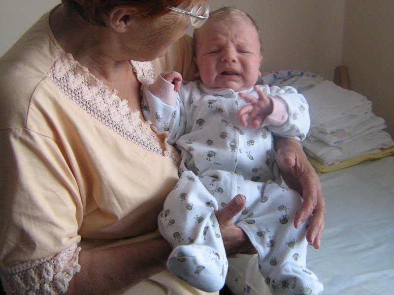 Ребенок на руках у бабушки