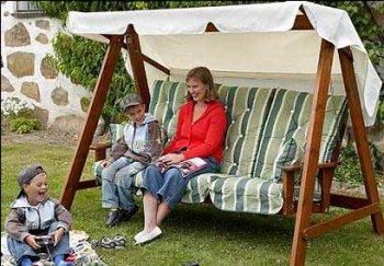 Садовые качели для комфортного отдыха на даче
