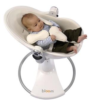Кормление ребенка на детском стуле