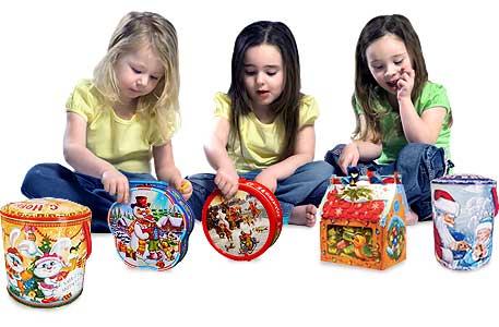 Дети с конфетами