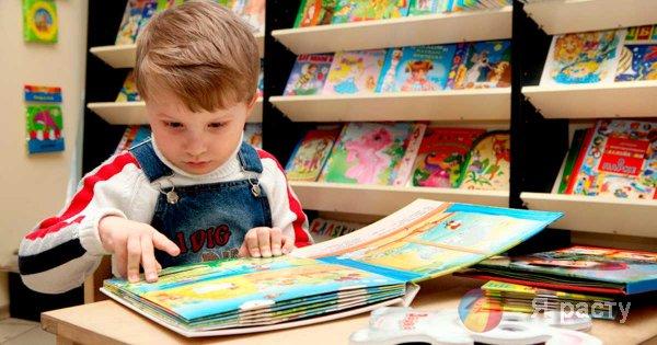 мальчик в книжном магазине