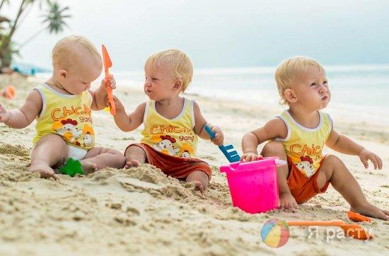 малыши на море